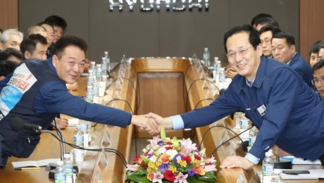 Yoon Gap-han (R), president of Hyundai Motor Co., and union leader Ha Bu- young shake hands.