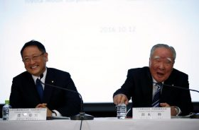 Toyota Motor Corp President Akio Toyoda (L) and Suzuki Motor Chairman and CEO Osamu Suzuki attend their joint news conference in Tokyo, Japan, October 12, 2016. REUTERS/Toru Hanai